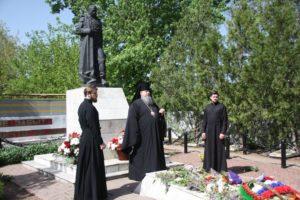 Епископ Корнилий возложил цветы к братской могиле в Волгодонске
