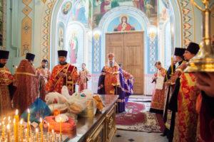 06.05.2019 г. епископ Корнилий совершил вечернее богослужение и заупокойную литию в кафедральном соборе Рождества Христова города Волгодонска.