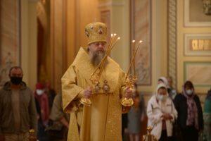 В Неделю 15-ю по Пятидесятнице митрополит Меркурий совершил Божественную литургию в Ростовском кафедральном соборе